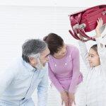 ランドセルをもつ孫と祖父母