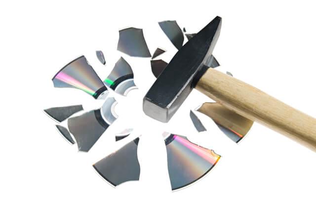 ハンマーで破壊されたCD